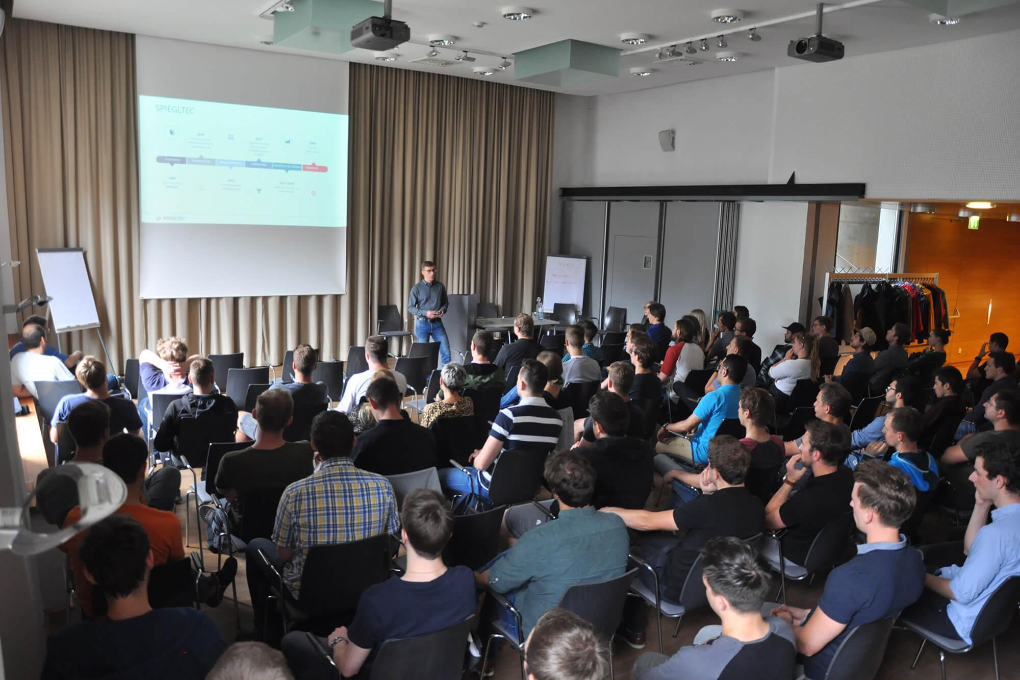 Mitarbeiter versammelt bei der Mitarbeiter Info. Geschäftsführung Christian Peintner präsentiert
